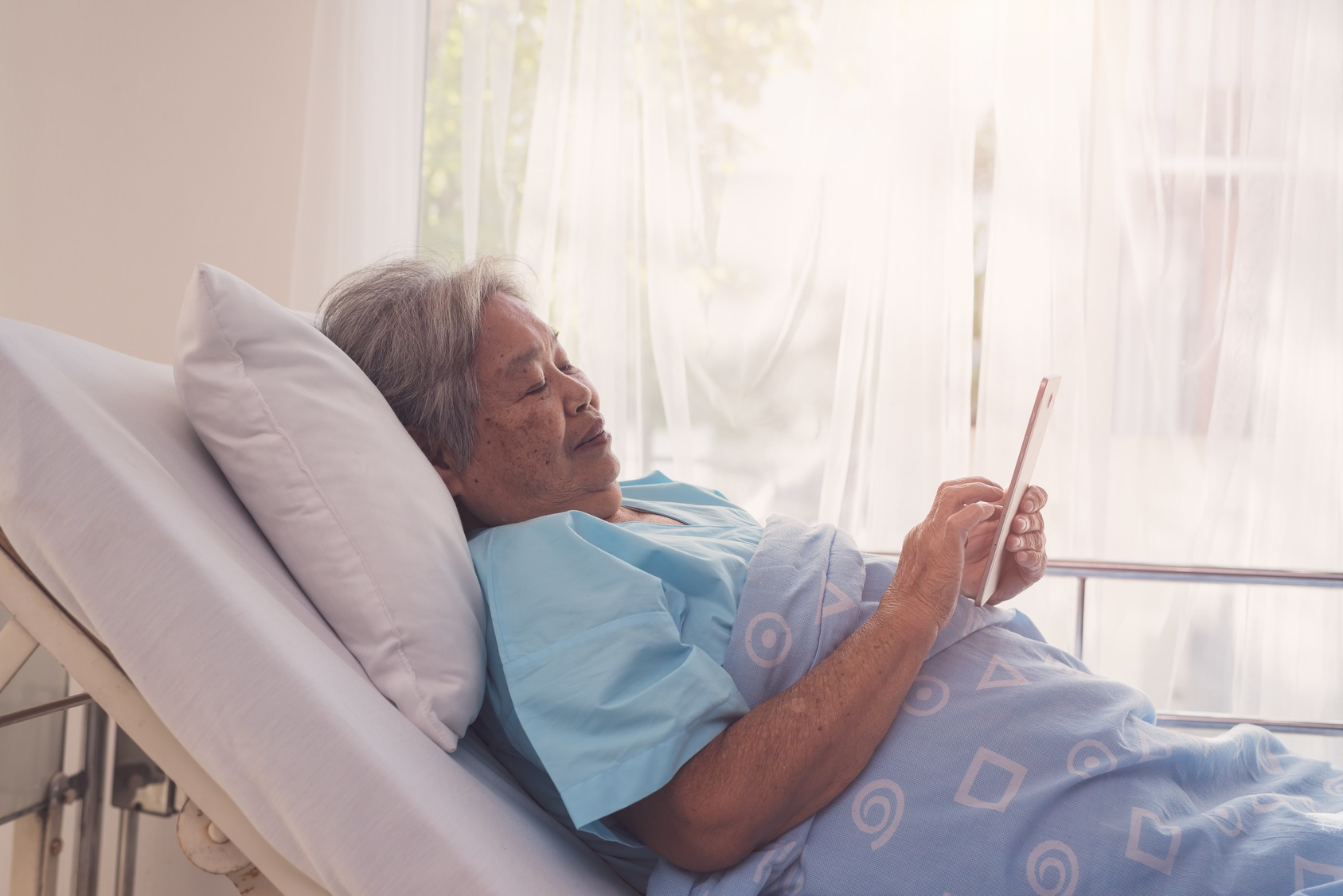 patient-on-phone-hospital